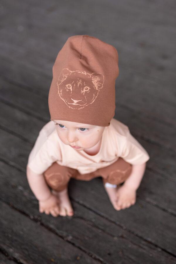 Bērnu cepure ar lauvēna apdruku, brūna