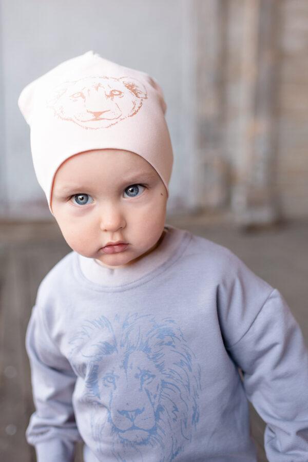 Bērnu cepure ar lauvēna apdruku, maigā persiku tonī