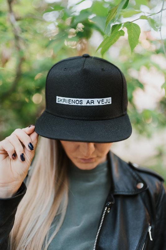 SKRIENOS AR VĒJU pieaugušo cepure