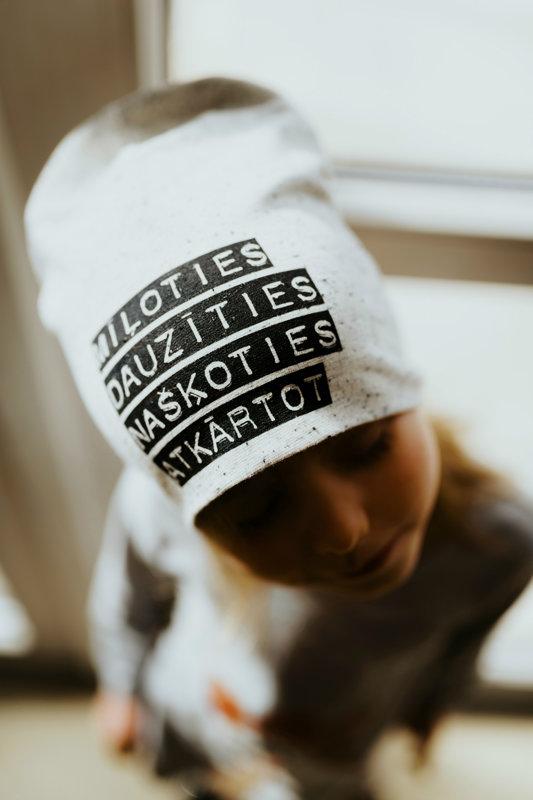 Pelēka MĪĻOTIES DAUZĪTIES NAŠĶOTIES ATKĀRTOT cepure