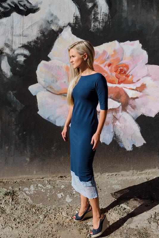 Midi kleita ar mežģini tumši zilā krāsā