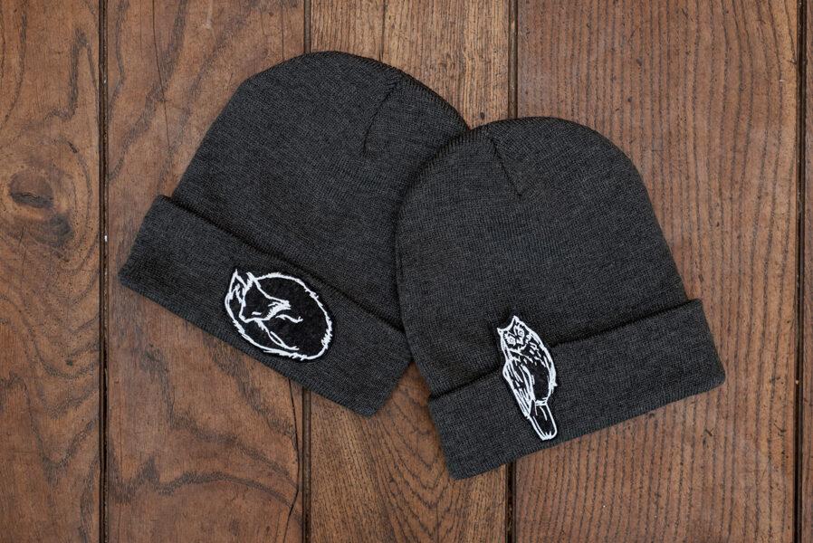 Ziemas cepure ar izšuvumu, TUMŠI PELĒKA